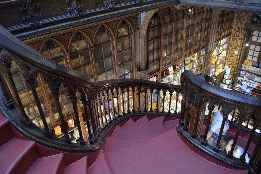 escadaria da Livraria Lello no Porto