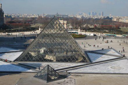 Pirâmide de vidro do Museu do Louvre em Paris