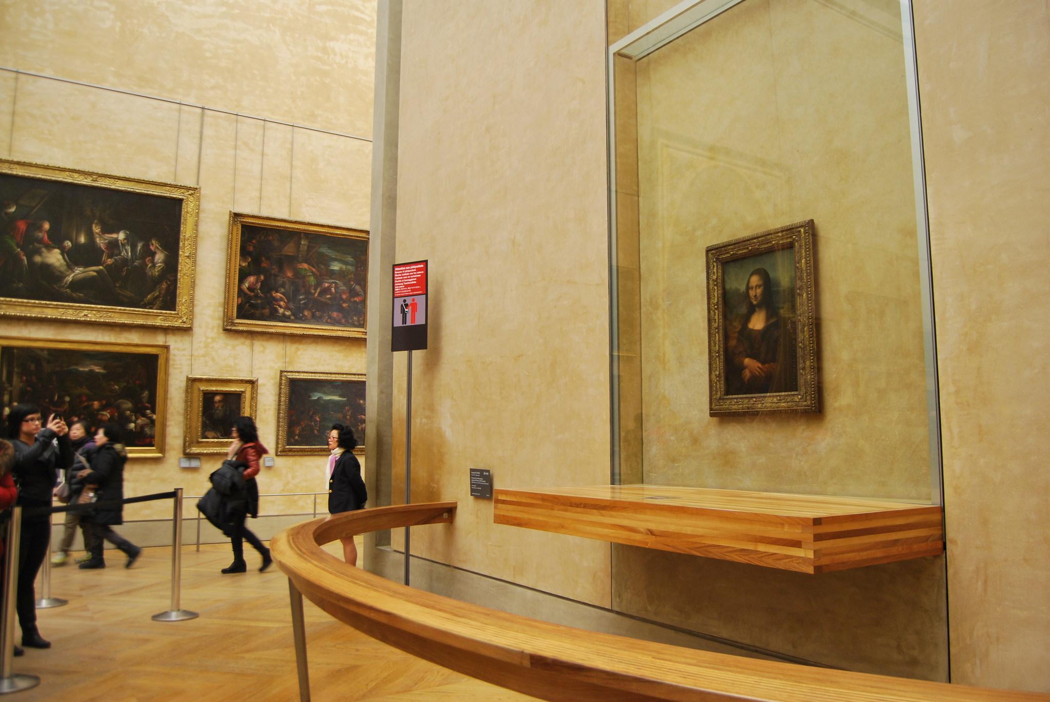 Quadro da Mona Lisa em exibição no Museu do Louvre de Paris