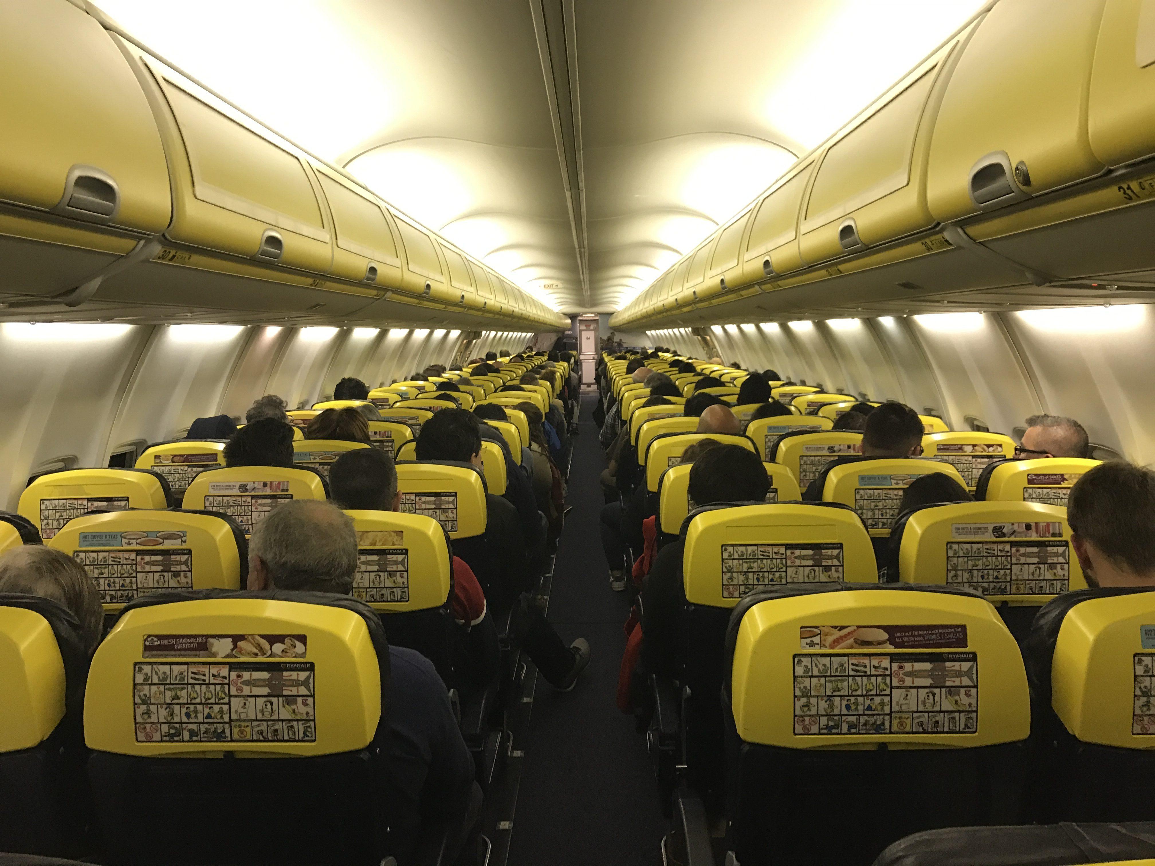 Interior de um avião da Ryanair