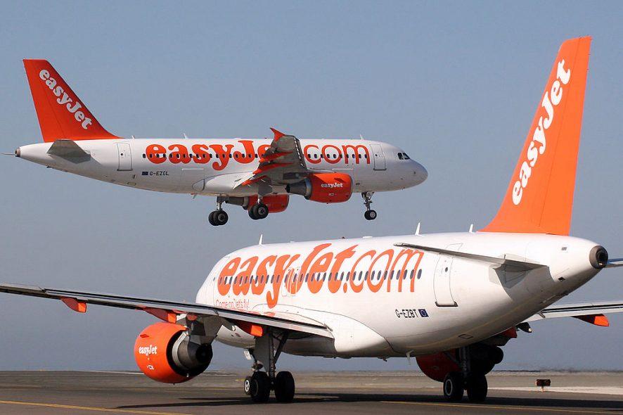 Um avião da easyjet na pista de um aeroporto e um avião da easyjet a levantar voo