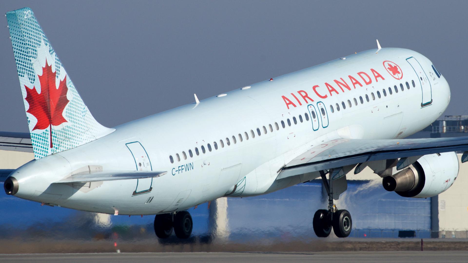 Avião da Air Canada a descolar do aeroporto