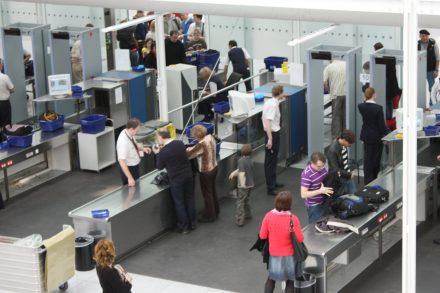 Zona de inspeção de segurança com máquinas de raio-x no Aeroporto. Foto de Politikaner