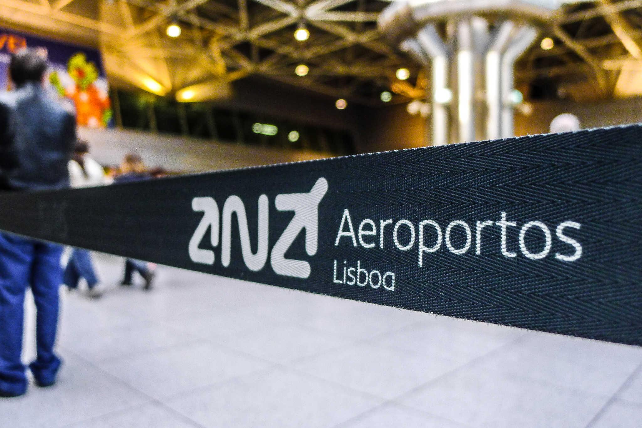 Baia de aeroporto delimitadora de espaços com logotipo da ANA Aeroportos de portugal no aeroporto de Lisboa