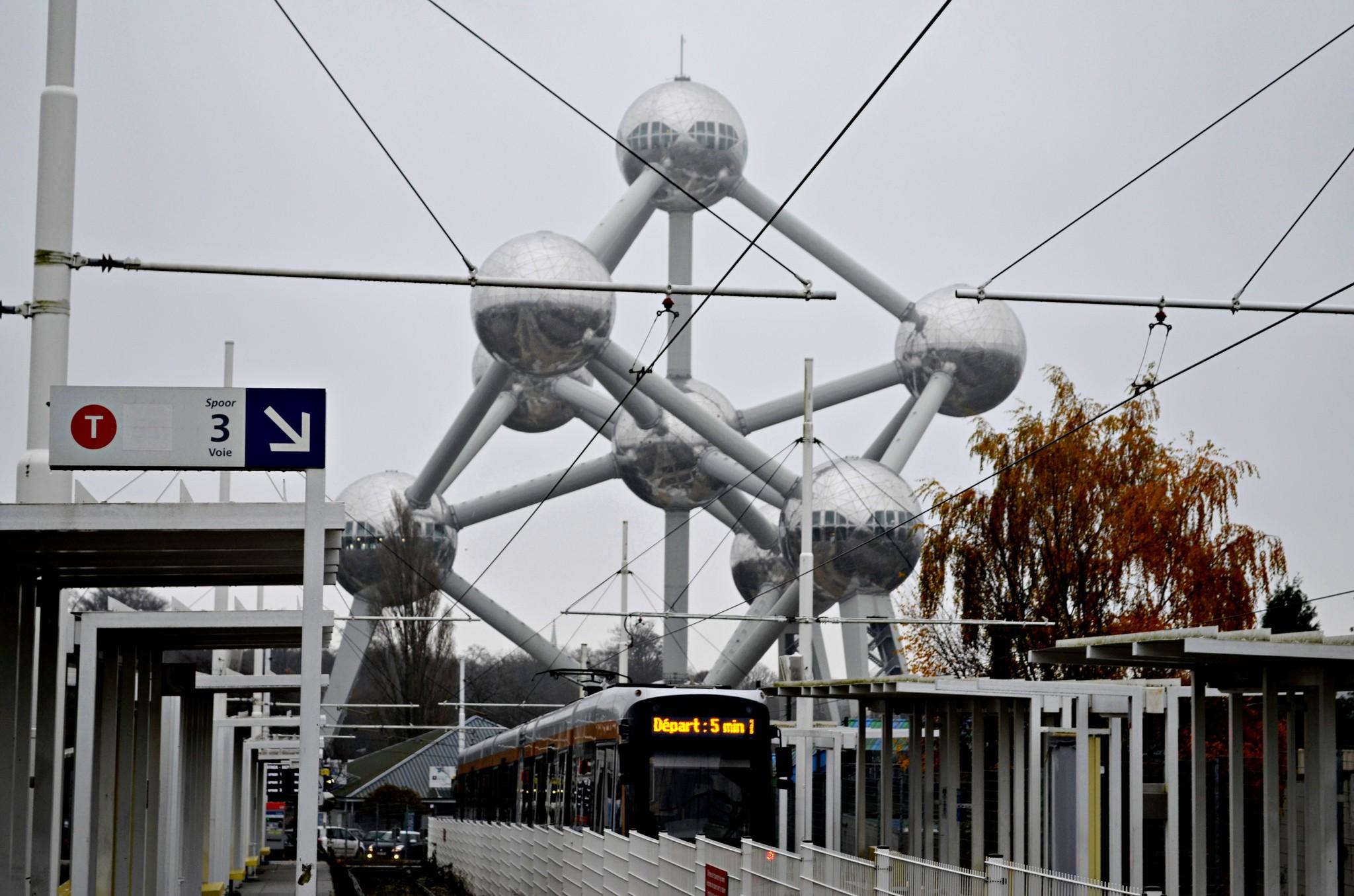 Atomium de Bruxelas fotografado a partir da estação de metro Heizel