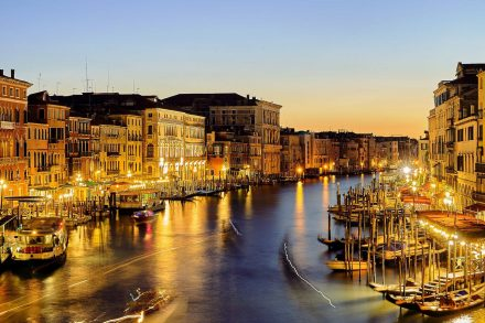 Canal de Veneza, em Itália, fotografado no final do dia
