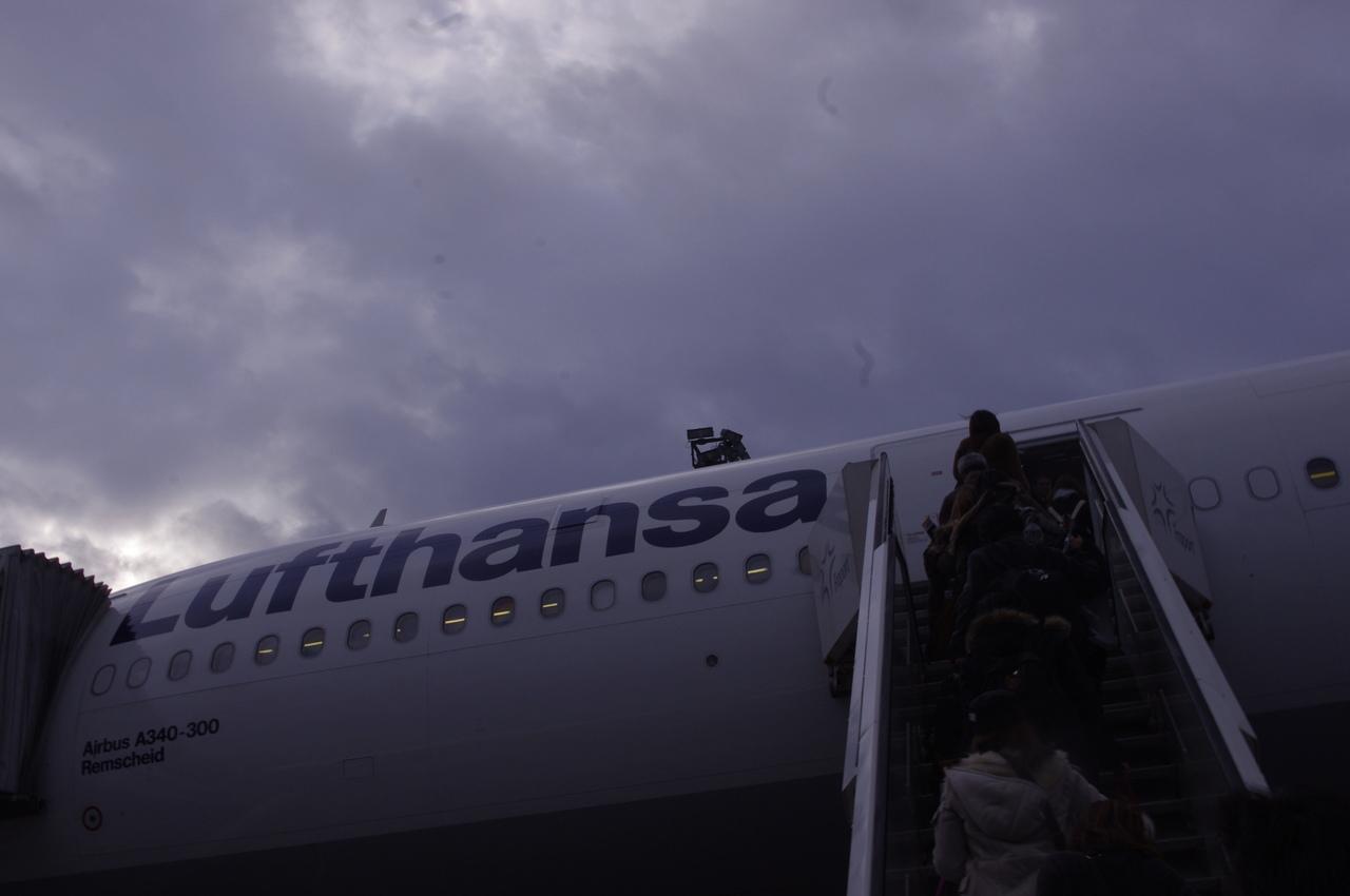 Avião da Lufthansa a receber passageiros durante embarque