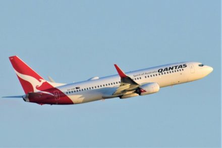 Avião Boeing 737-800 da Qantas em voo
