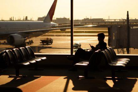 Passageiro sentado na sala de embarque do aeroporto