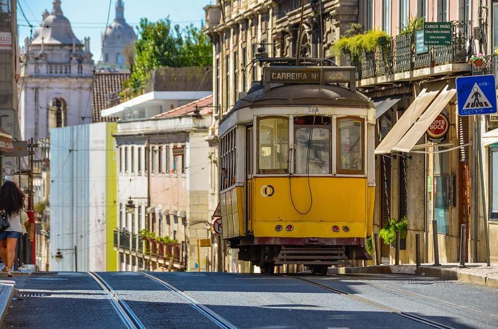 Elétrico 28 a circular pelas ruas de Lisboa