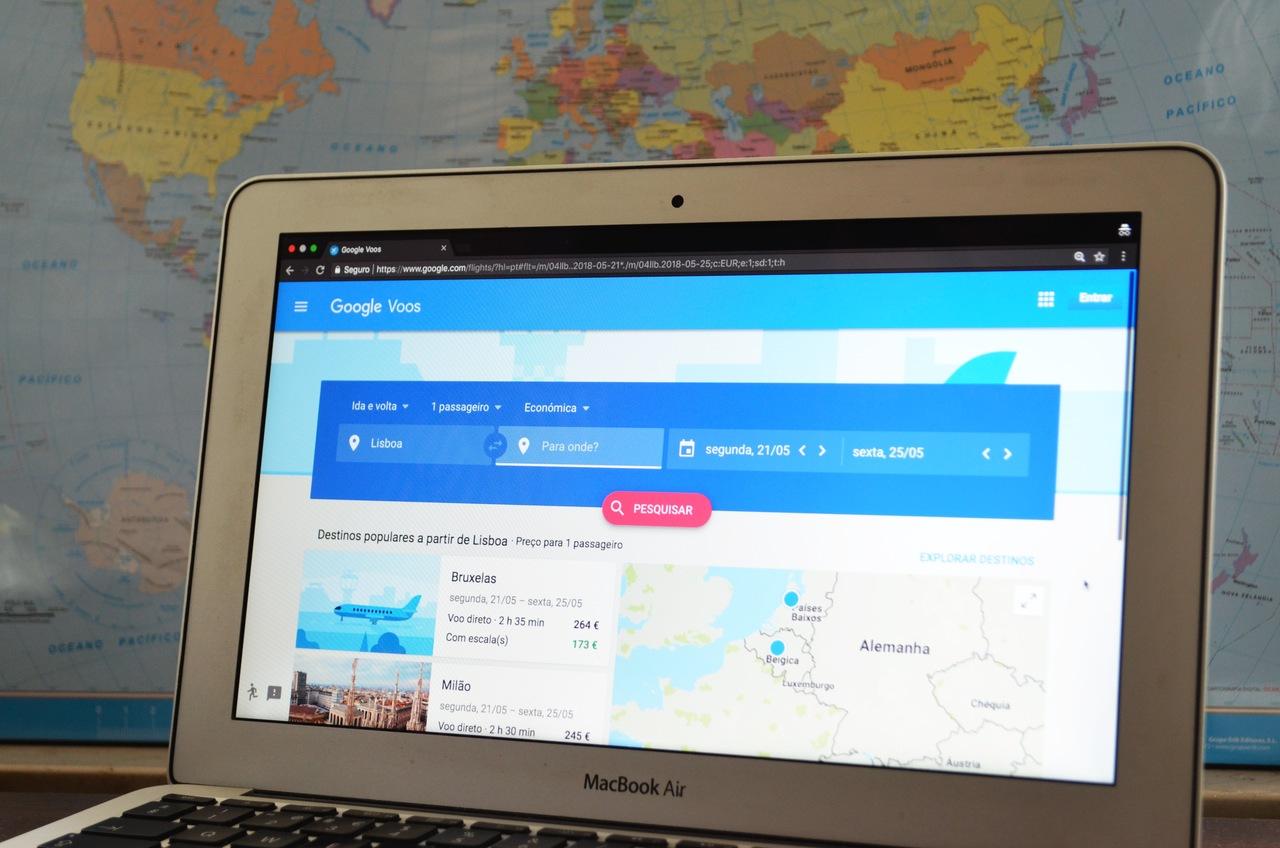 Google Flights exibido em ecrã de computador