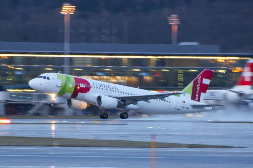 Avião da TAP a descolar do aeroporto