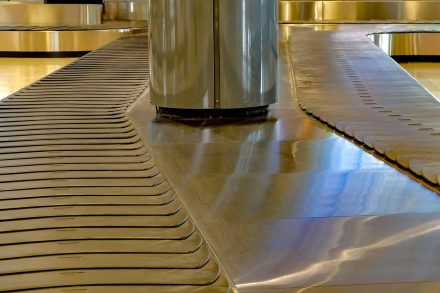 Tapete de bagagens de aeroporto vazio