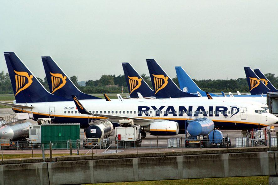 Aviões da Ryanair estacionados no aeroporto. Foto de Paolo Margari Flickr