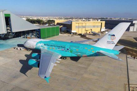 Airbus A380 da portuguesa Hi Fly estacionado na porta do hangar no aeroporto