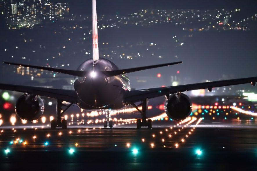 avião voo noturno aeroporto