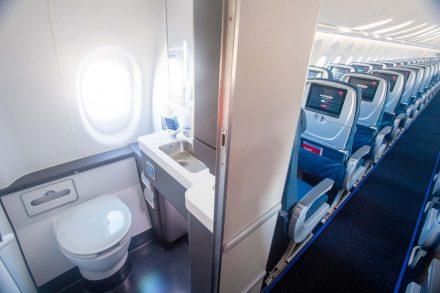 janela na casa de banho do avião