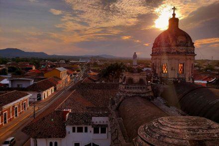 Por do sol La Merced Nicarágua, Honduras e Guatemala Pequenos na Estrada