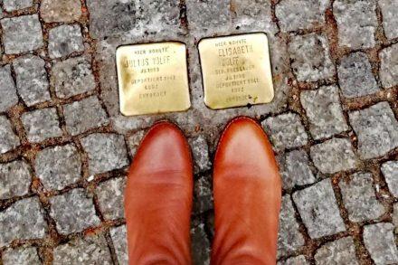Stolpersteine em Berlim placas de homenagem aos judeus violentados pelo regime nazi - Sabriny Santos