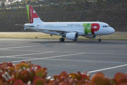 Avião da tap na pista de aeroporto