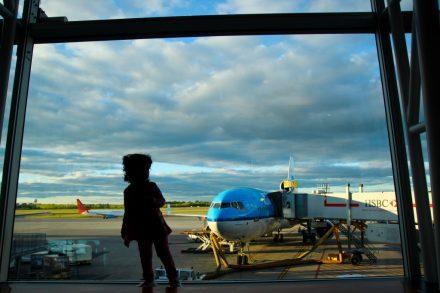 criança aeroporto avião - barnimages
