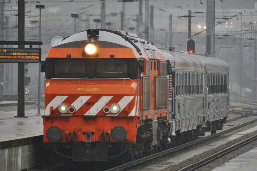Comboio parado na estação CP - Foto de Nelso Silva