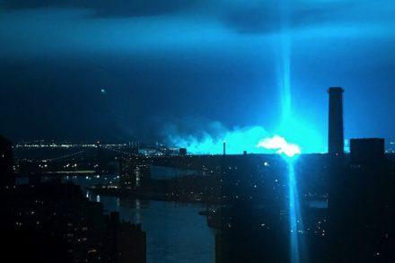clarão azul sobre Nova Iorque faz pensar em invasão de aliens foto de Michael Friedl, New York Times