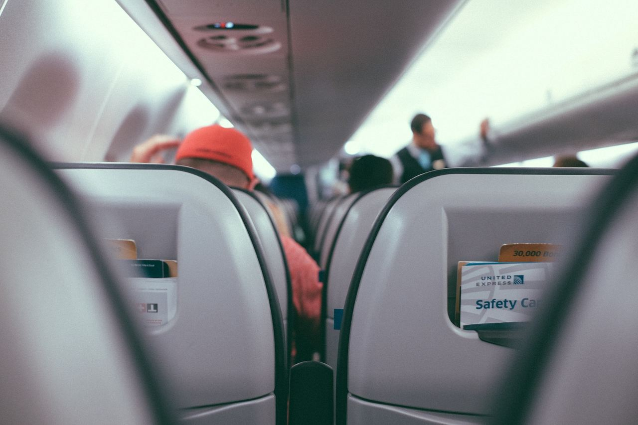 interior de avião comercial foto de pixabay