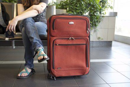 passageiro em sala de espera no aeroporto com mala Foto de Pixabay