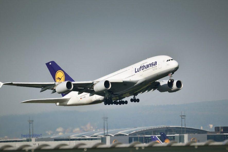 Airbus A380 da Lufthansa a descolar do aeroporto. Foto de Pixabay