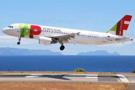 Avião Airbus A320 da TAP Air Portugal a aterrar no aeroporto com o mar em fundo. Foto de Aero Icarus