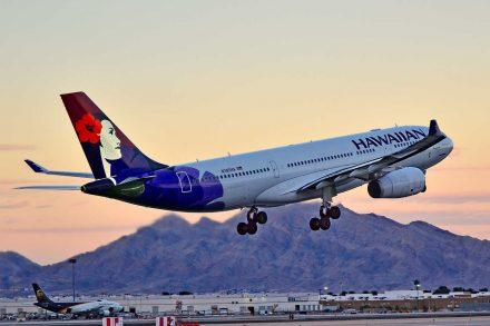 Avião Airbus A330-200 da Hawaiian Airlines a descolar do aeroporto. Foto de Tomás del Coro