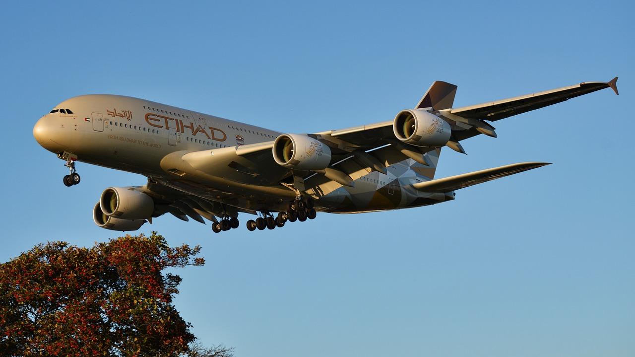 Avião Airbus A380 da Ethiad Airways a aproximar-se para aterragem. Foto de Pixabay