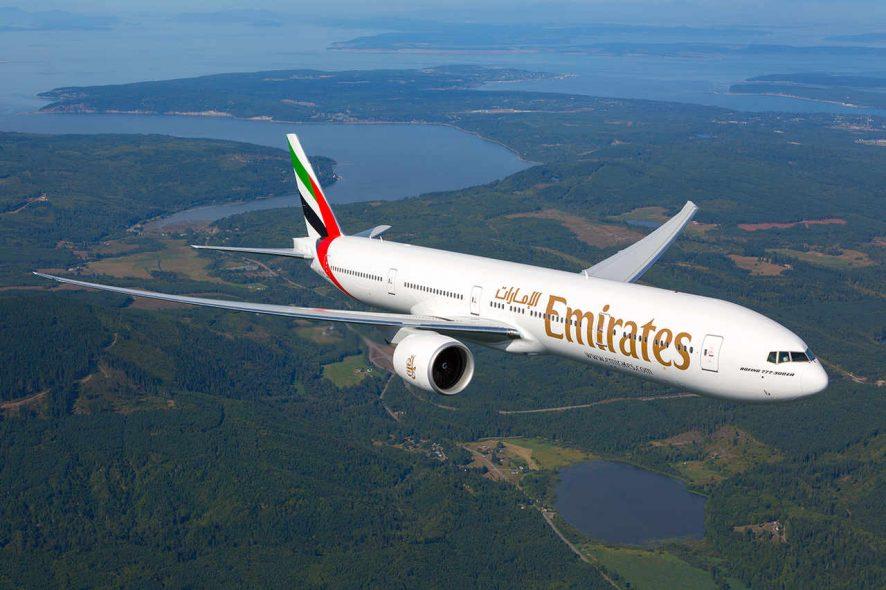 Avião Boeing 777300 ER da Emirates em voo. Foto de Emirates