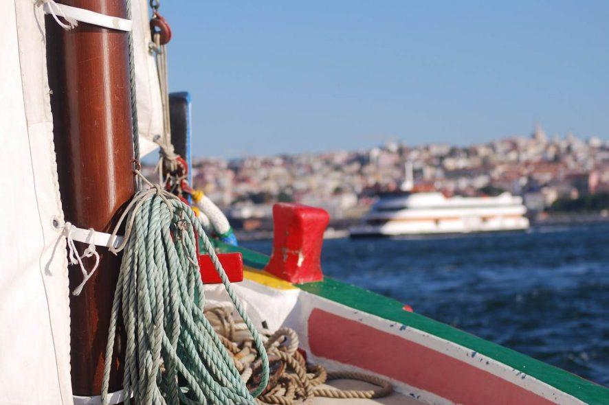 Barco típico do Tejo, em Lisboa. Foto de Pixabay