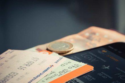 Bilhetes de avião e dinheiro. Foto de Pixabay