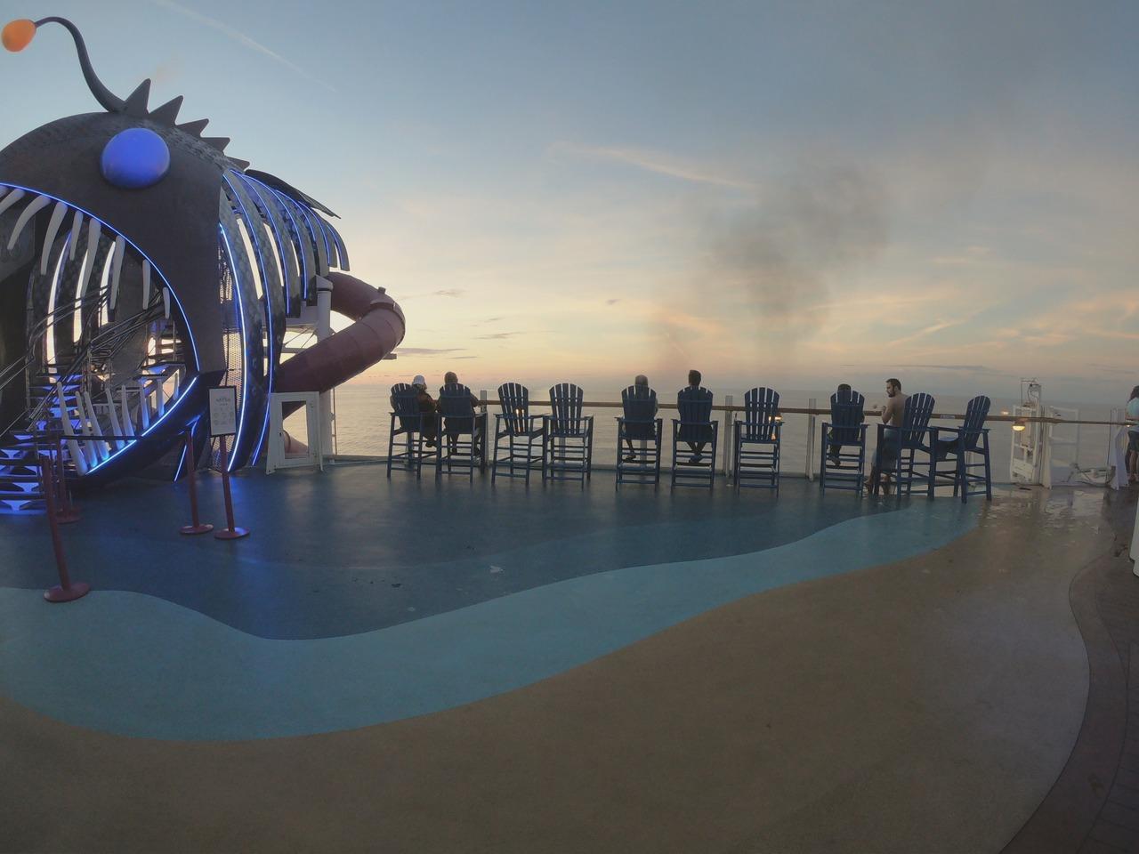 Cadeiras ao lado da entrada para o Ultimate Abyss no Harmony of the Seas. Foto de Cláudia Paiva