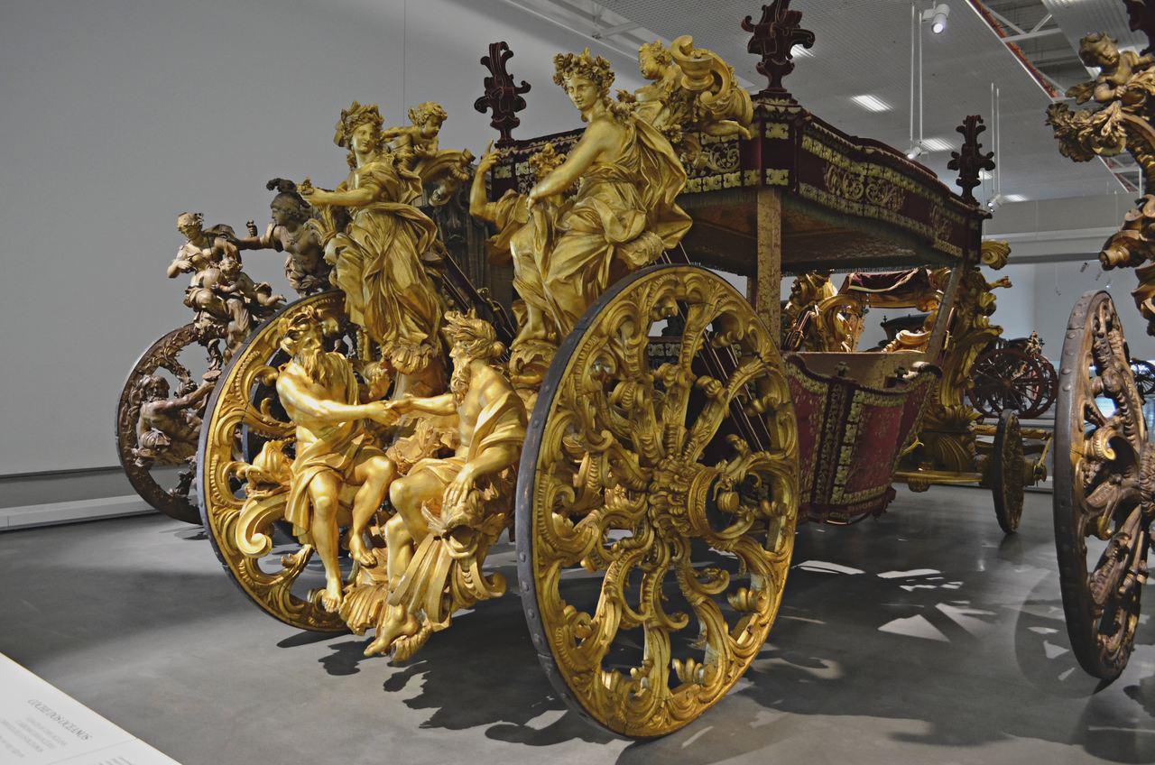 Carruagens aparatosas no Museu dos Coches de Belém, em Lisboa. Foto de Cláudia Paiva