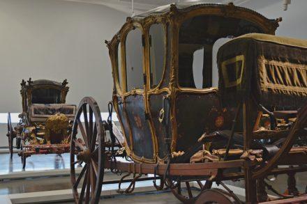 Carruagens expostas no Museu dos Coches de Belém, em Lisboa. Foto de Cláudia Paiva