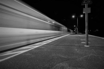 Comboio a passar a alta velocidade numa estação. Foto de Pixabay