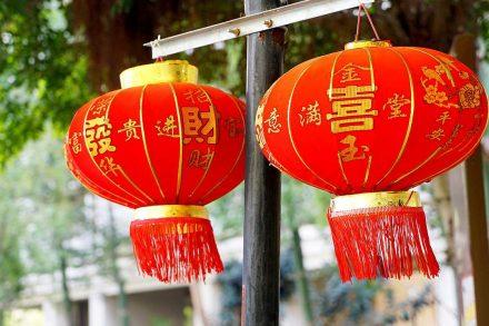 Dois balões chineses vermelhos pendurados na rua. Foto da Pixabay