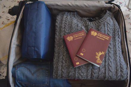 Dois passaportes portugueses dentro de uma mala de viagem com roupa. Foto de Cláudia Paiva