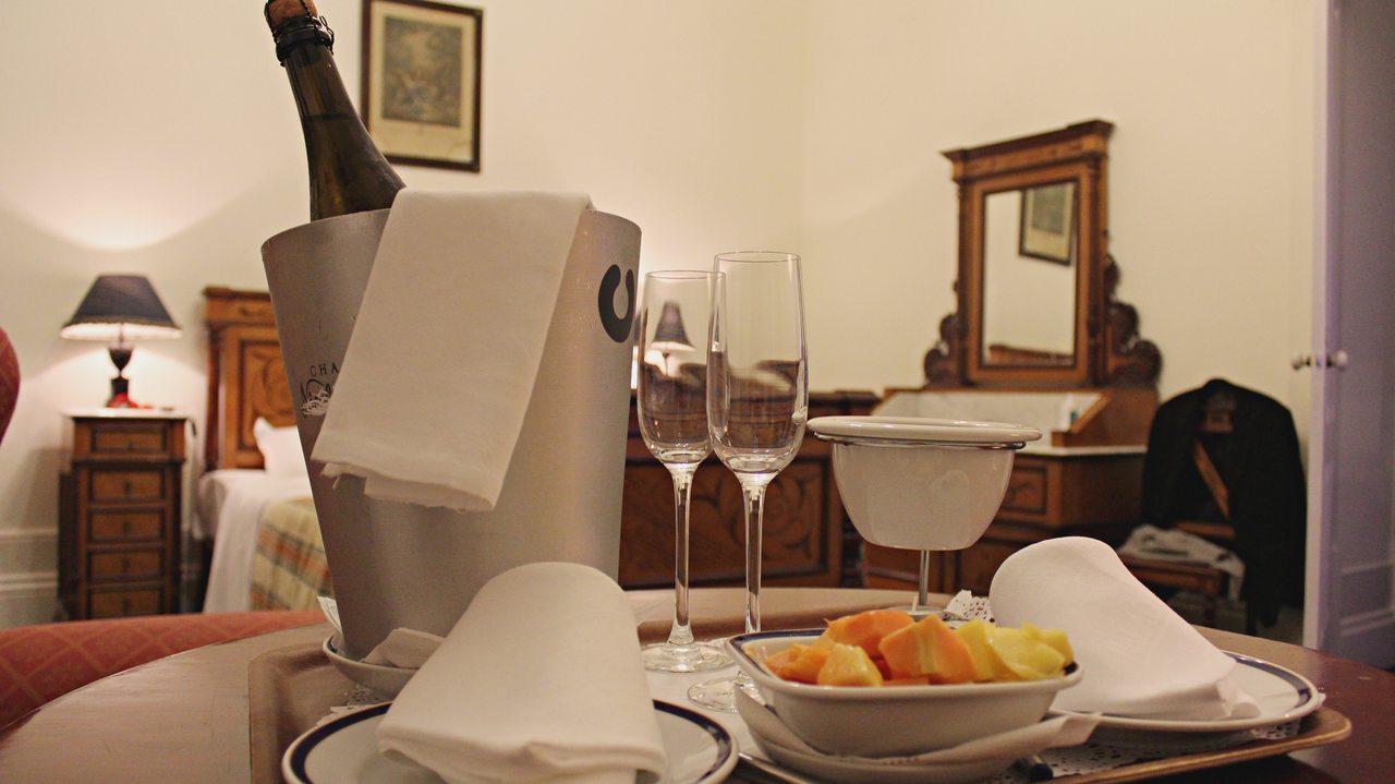Espunate e frutas com foundue de chocolate servidos num quarto do Palace Hotel do Bussaco. Foto de Cláudia Paiva