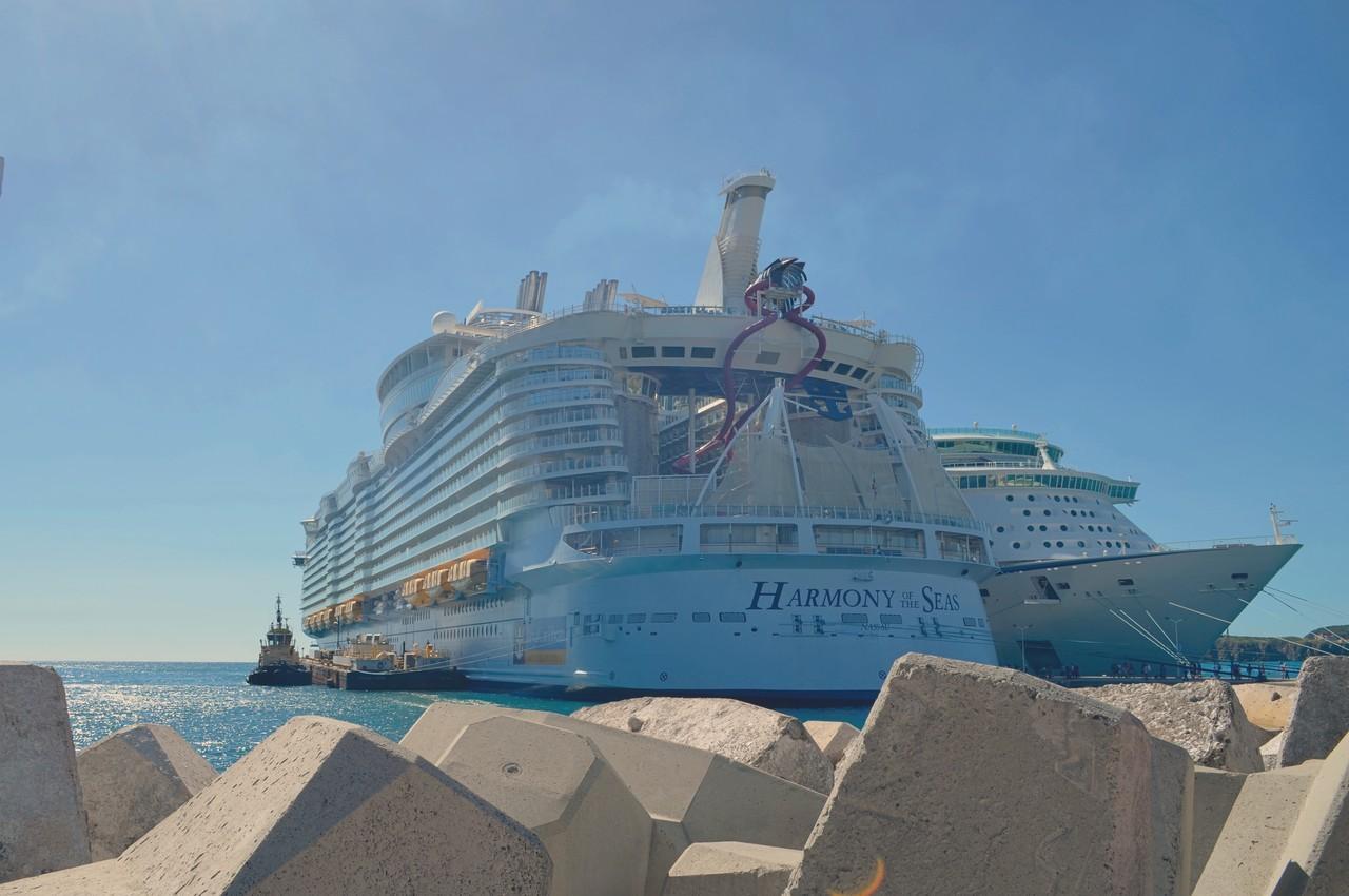 Harmony of the Seas atracado num porto das Caraíbas. Foto de Cláudia Paiva