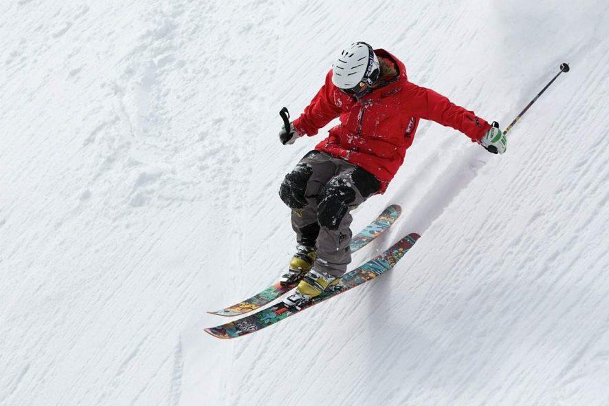Homem a esquiar de forma radical. Foto de Pixabay