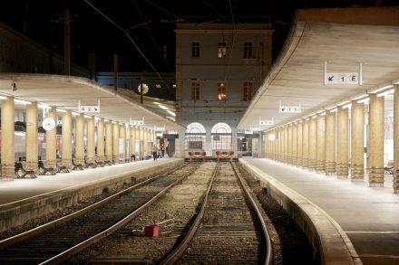 Interior da Estação de Santa Apolónia vazia, em Lisboa. Imagem noturna. Foto de Nuno Morão