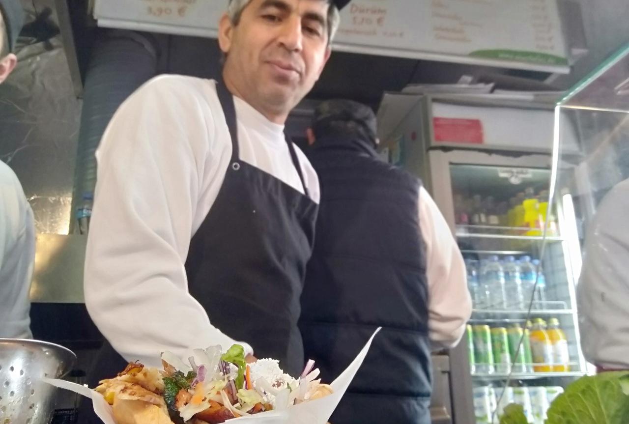 Kebab servido numa roulote de Berlim. Foto de Sara Reis