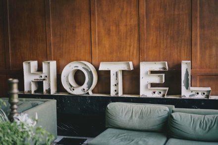 Letreiro branco de hotel desgastado a três dimensões