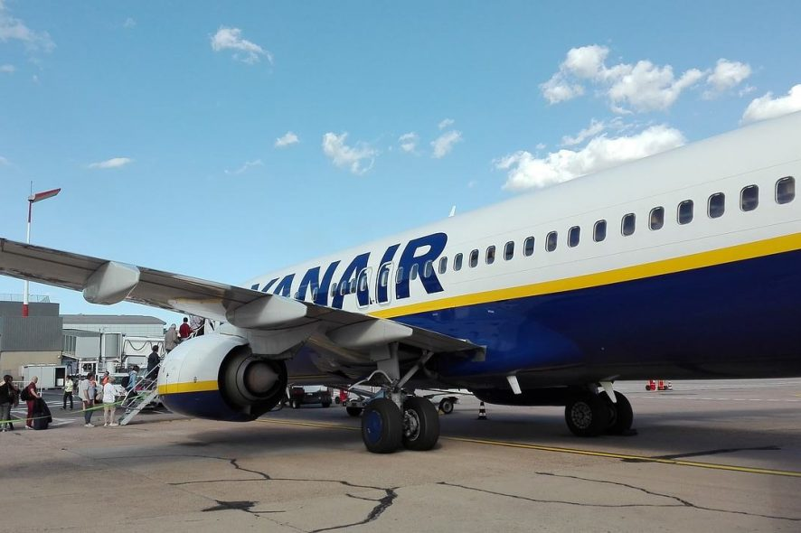 Passageiros a embarcar num avião da Ryanair localizado numa posição remota do aeroporto. Foto de Pixabay
