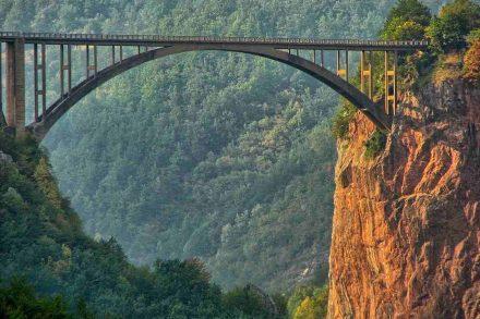 Ponte elevada sobre o Rio Tara nos Balcãs. Foto de Pixabay